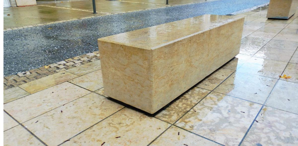 bloc anti-franchissement en pierre naturelle pour la rénovation de la place saint Roch Mont de Marsan-40