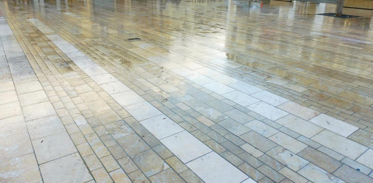 zoom sur dalles flammées et pavé confort pour rénovation de l'espace urbain de la place saint roch-Mont de marsan 40