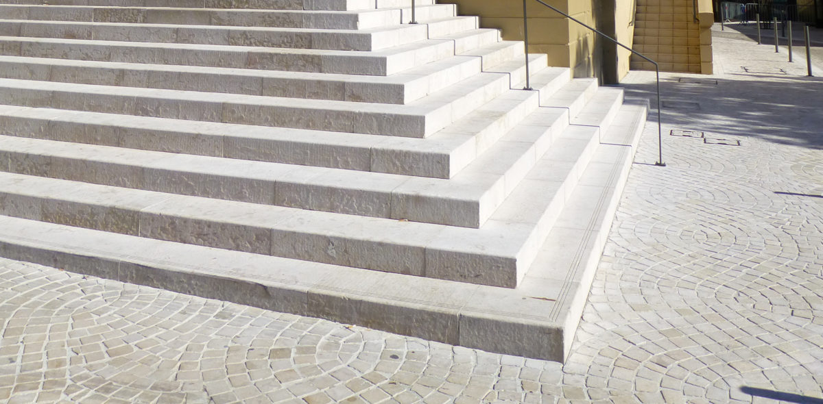 Rénovation des escaliers du théâtre, place Charles De Gaulle, avec des pierres naturelles CALMINIA® : Emmarchement, bordure, pavé confort