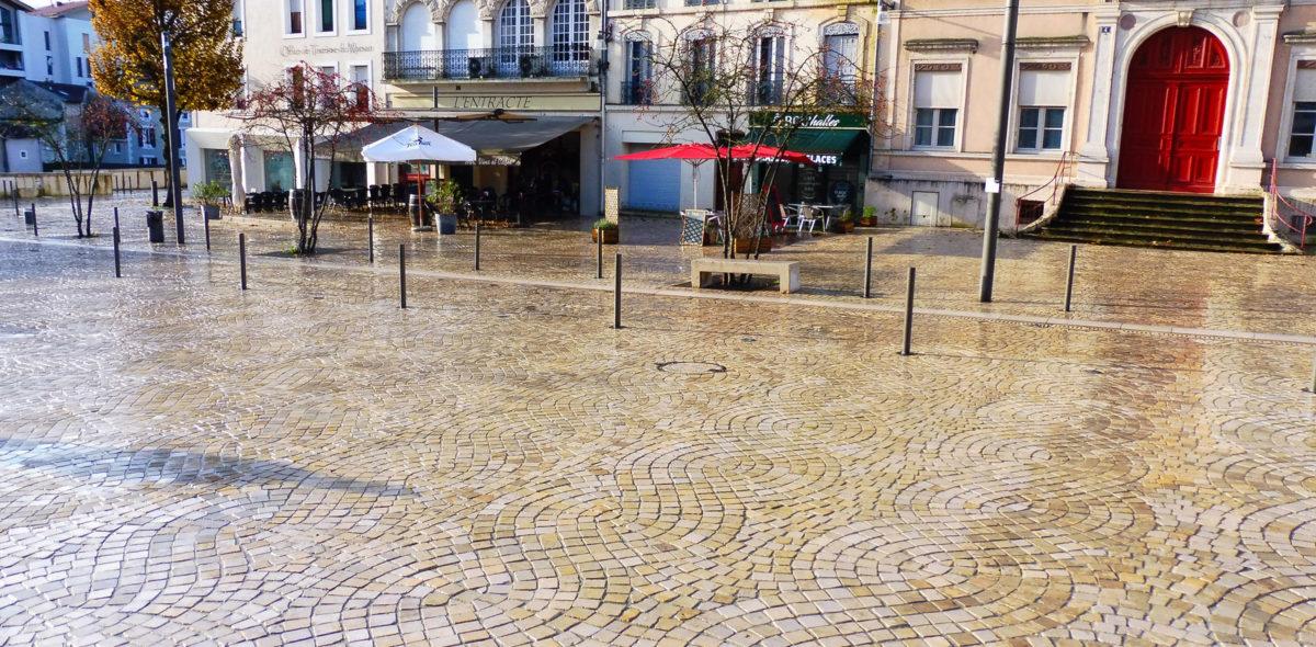 Place Charles De Gaulle à Mont de Marsan rénovée avec des pavés confort CALMINIA® de plusieurs veinages