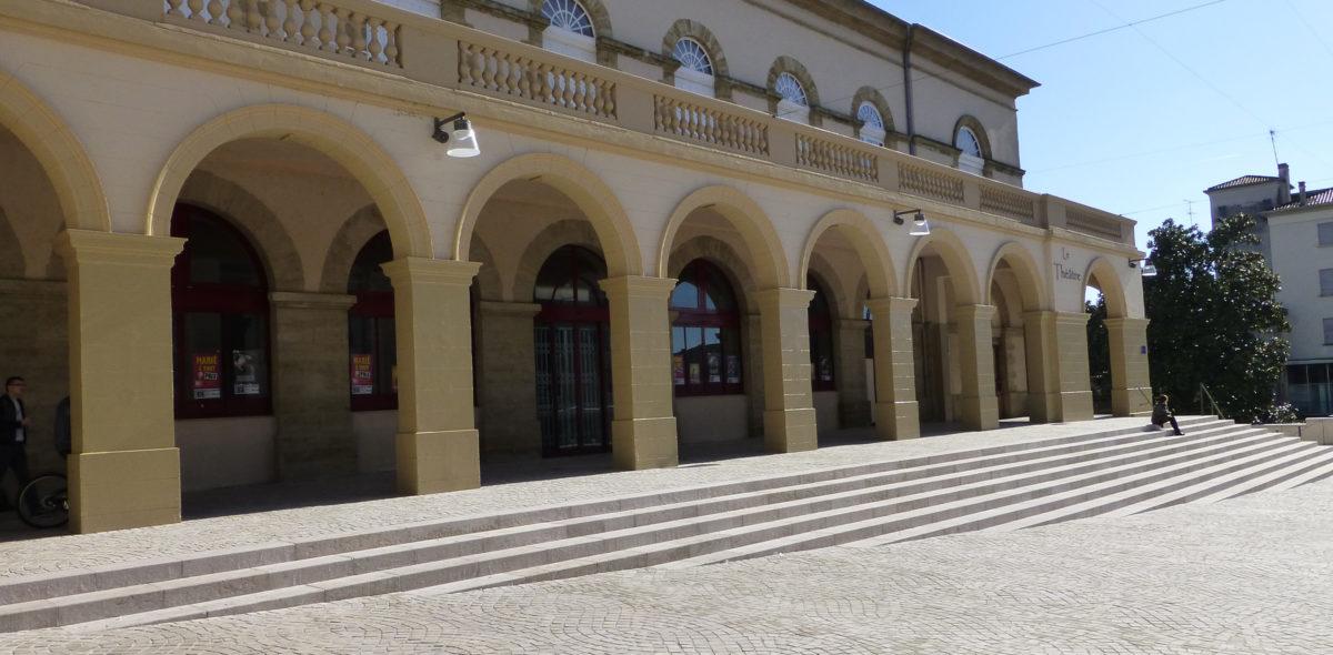 Escaliers du théâtre, place Charles De Gaulle, réaménagé avec des pierres naturelles CALMINIA® : Emmarchement, bordure, pavé confort plusieurs veinages