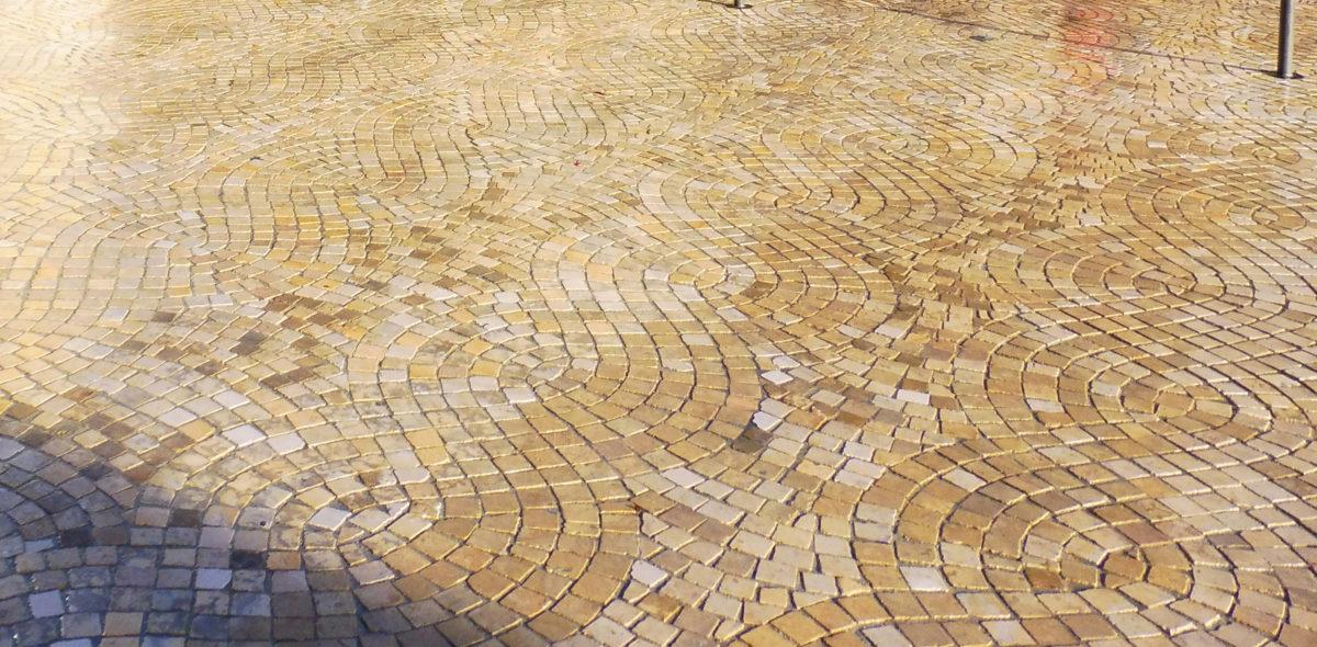 zoom sur les pavés confort CALMINIA® de plusieurs veinages - Mont de Marsan