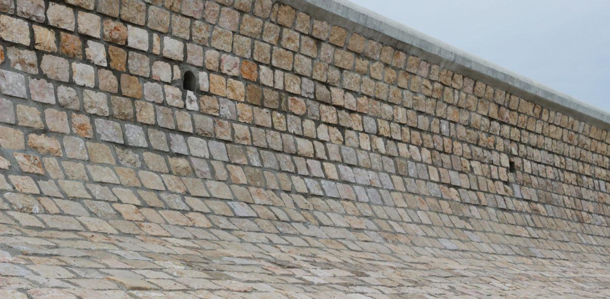 Zoom sur digue brise-lames Ars en Ré - moellon calcaire dur marbrier