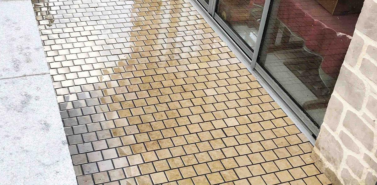 Zoom d'une terrasse en CALMICLIP après la pluie chez un particulier