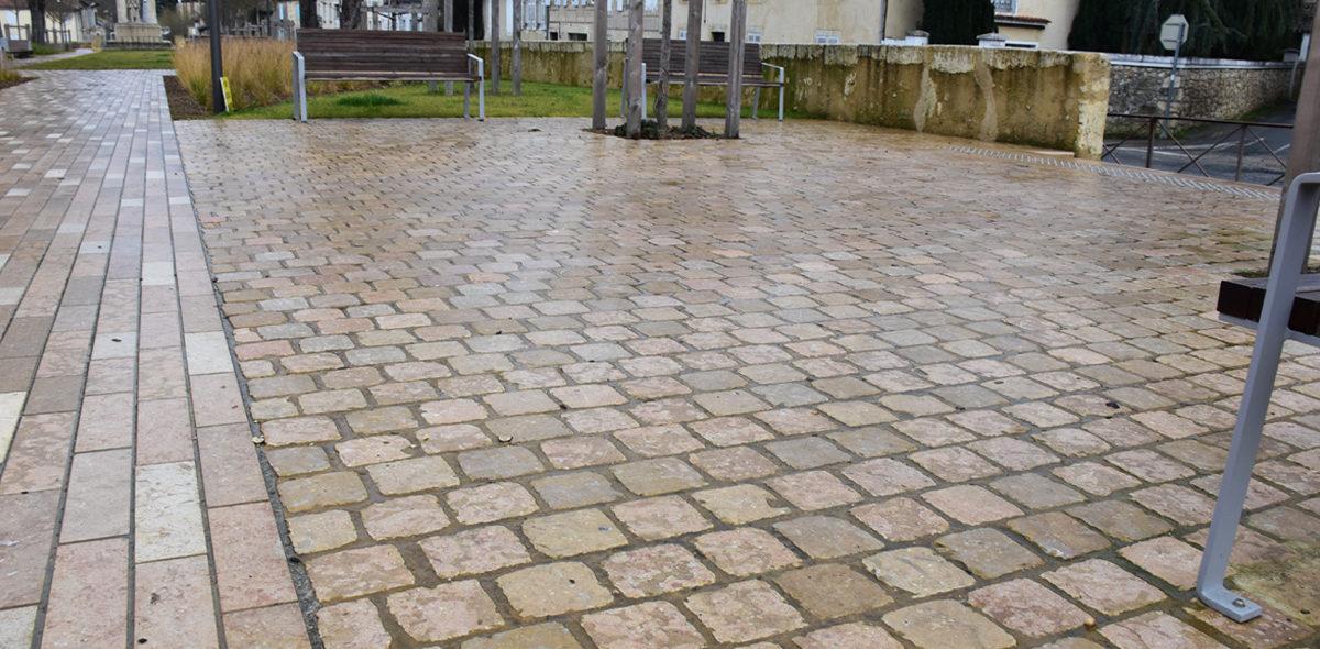 Zoom sur les pavés conforts en pierre naturelle de CALMINIA avec différents veinages