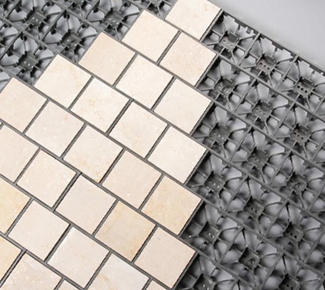 zoom sur la grille et les pavés CALMCLIP en pierre naturelle calcaire