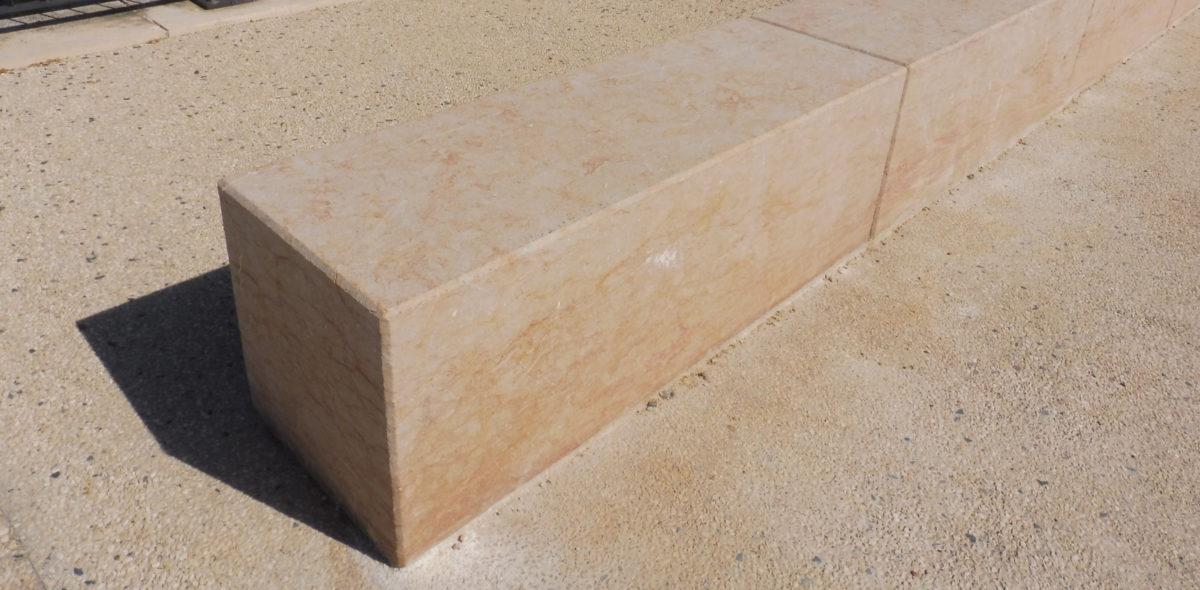 Aménagement urbain en pierres naturelles à port-boinot - deux sevres - bande de guidage PMR - par Calminia