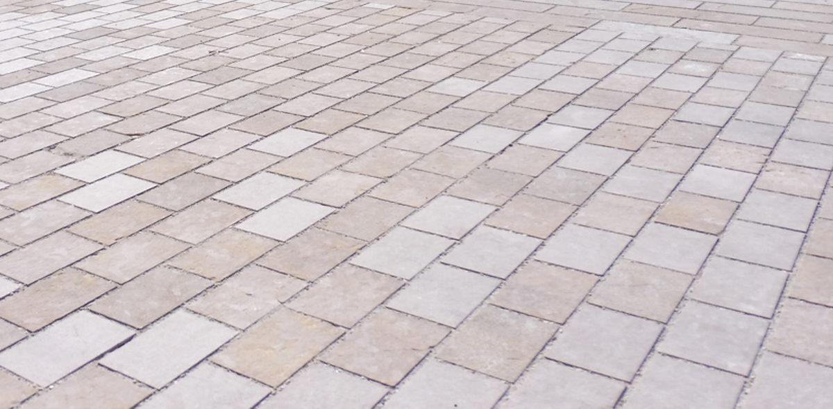 Zoom sur les dalles flammées et bouchardées en pierre naturelle CALMINIA